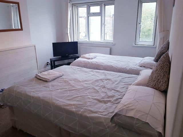 Akays Guesthouse-Triple room (Near E20 Westfield)