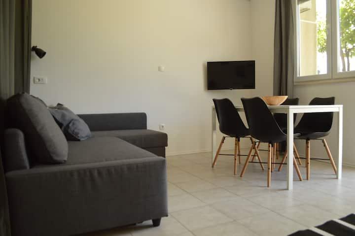 Modern studio with Wifi, parking & garden near sea