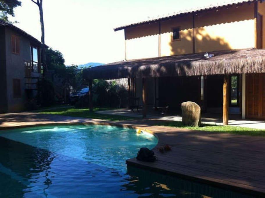 _01Vista piscina e entrada da casa