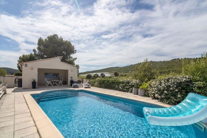 Alluring Villa in Pouzols-Minervois with Jacuzzi