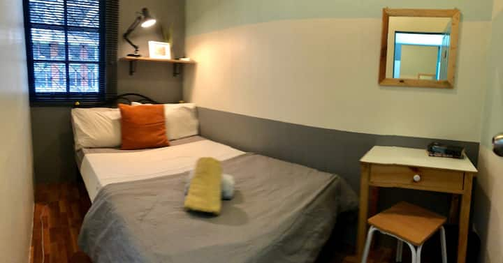 CHEAPEST Asok Single Private room with AC & Wifi
