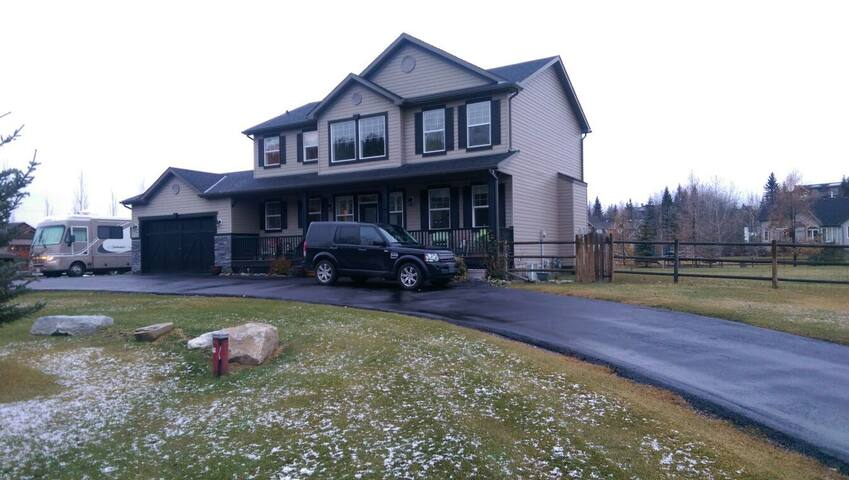 Close to Spruce Meadows, Calgary, and Mountains - Priddis