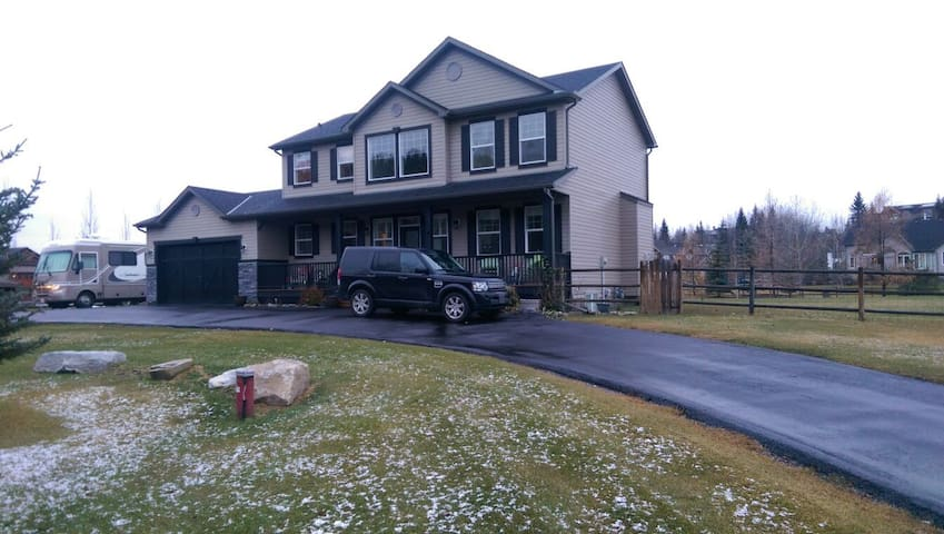 Close to Spruce Meadows, Calgary, and Mountains. - Priddis - Huis