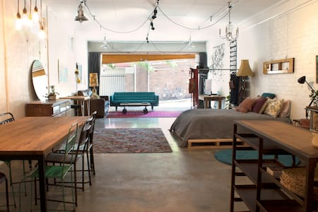 Revamped Garage in heritage listed warehouse - Newtown - Apartment
