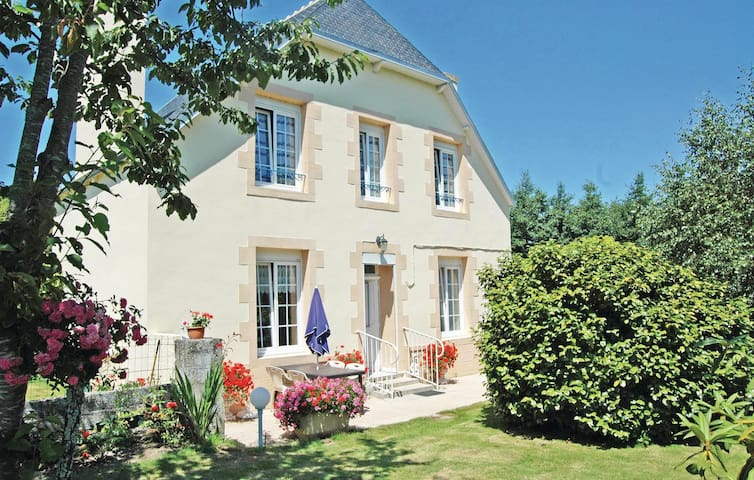 Holiday cottage with 2 bedrooms on 75 m² in Saint Jean-Trolimon