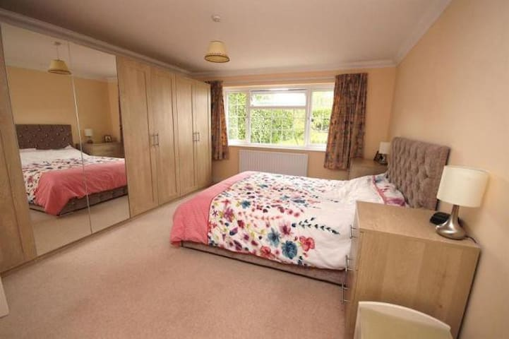 Spacious ensuite double room - Wimborne area
