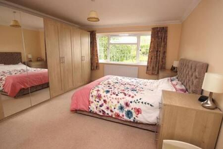 Spacious ensuite double room - Wimborne area