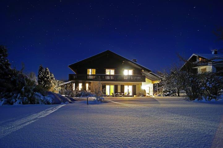 Großes Ferienhaus/ Own cottage Nähe Chiemsee - Bergen - Talo