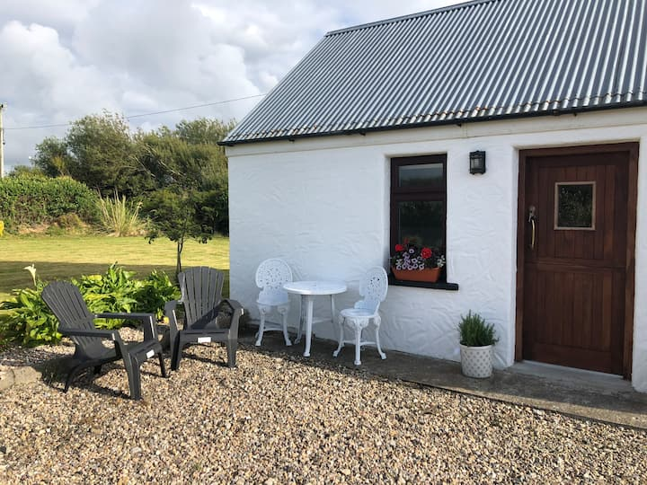Cosy cottage located off street close to town.