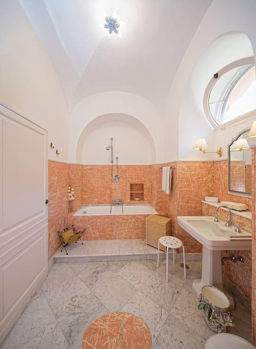 bagno in camera con vasca bathroom en-suite