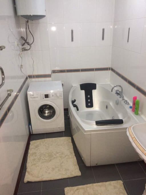 Ванная комната, джакузи, стиральная машинка, водонагреватель. Всегда есть горячая вода, шампунь, душ гель, фен, тапочки, чистые полотенца