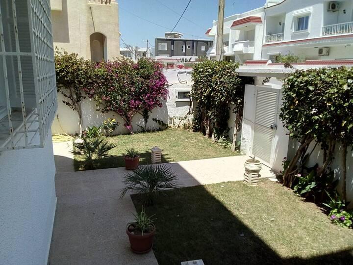 belle et spacieuse villa avec un jardin gazonné.