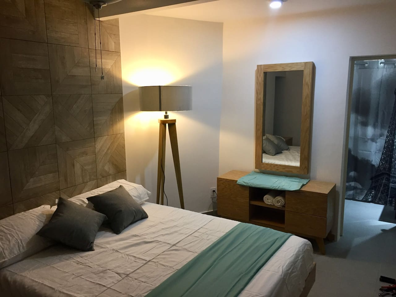 Modern, clean and comfortable room with queen size, memory foam mattress in Tequila Jalisco 3 blocks away from the center of the town.