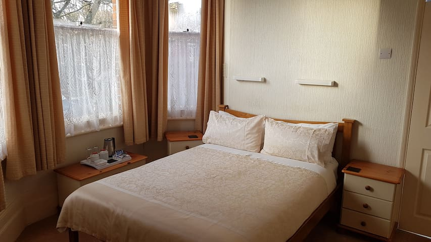 Double Room en-suite - The Wycliffe Guest House