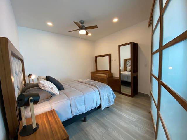 Master Bedroom with comfortable queen size bed  - Recámaraprincipal con comodísima cama queen.