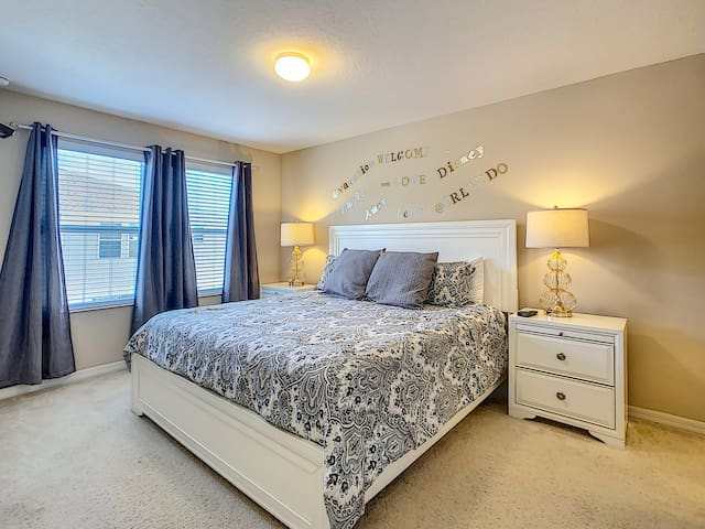 ۵Well located KING♕ bedroom & private bath w/tub
