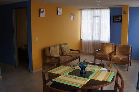 Acogedor apartamento azul y amarillo