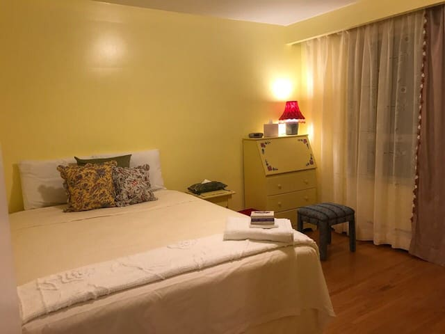 1 Bright,sunny, clean, private room near downtown