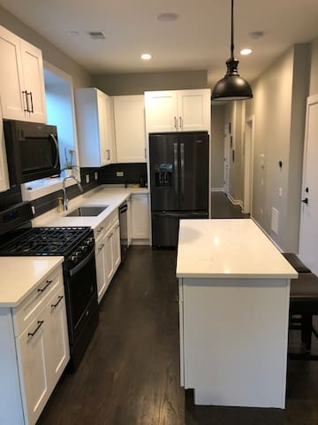 Modern 2BR 2B in the heart of Lakeview