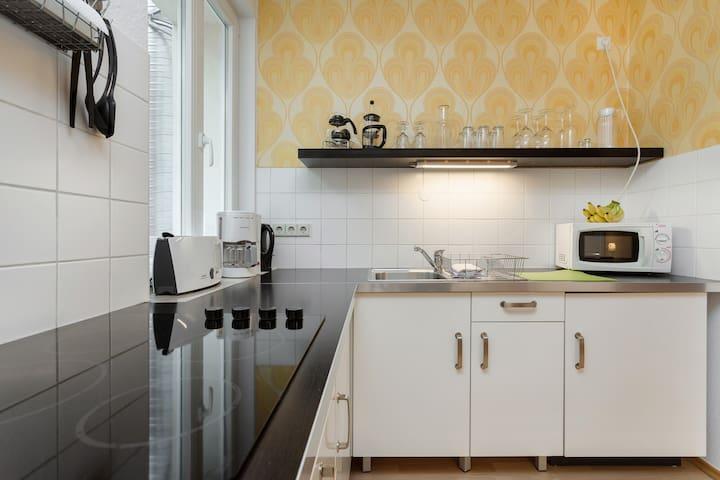 Küche mit Toaster, Kaffeemachine und Wasserkocher