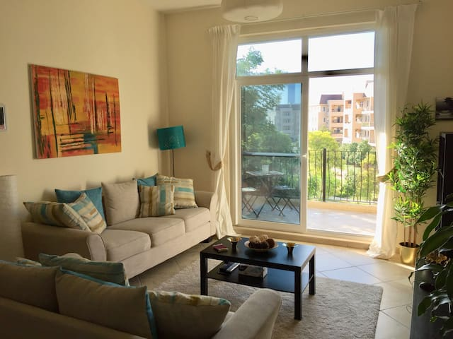 Large 1 bed garden- facing apartment with