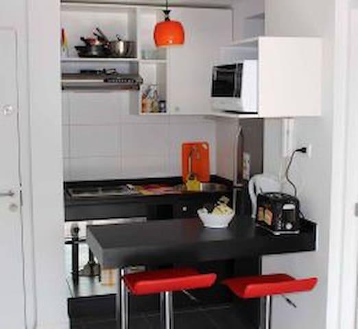 Cocina Totalmente equipada con refrigerador doble puerta, microonda, hervidor agua, cafetera y tostador de pan, entre otros!