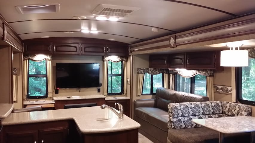Rest Comfortably in Luxurious 35' Keystone RV - Richmond Hill - Lakókocsi/lakóautó