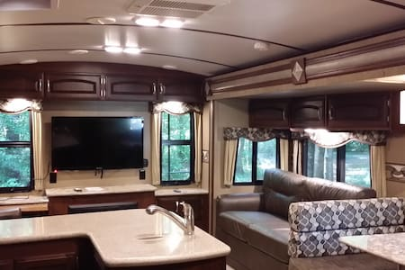 Rest Comfortably in Luxurious 35' Keystone RV - Richmond Hill