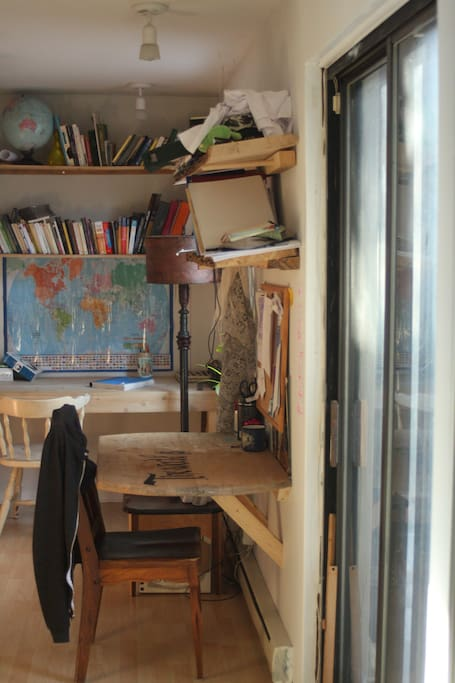 2 bureaux de travail, une fenêtre et une porte patio