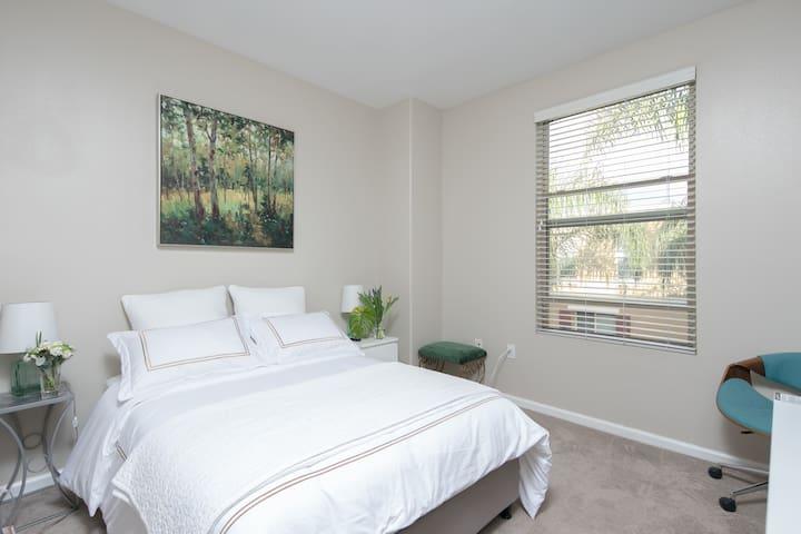 Deluxe bedroom#1 Down town pasadena with 4K TV!