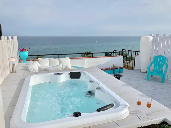 Beachfront Penthouse, Heated Jacuzzi, BBQ, Bikes.