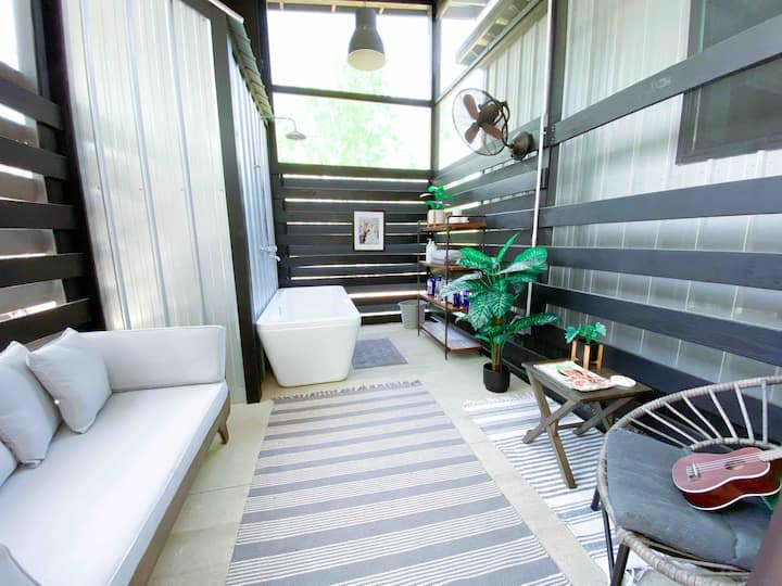 """mac"": a romantic tiny house+outdoor tub+fire pit"