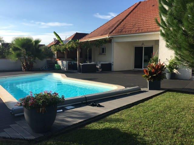 Superbe maison moderne, piscine chauffée