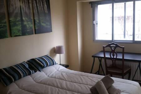 Preciosa habitación doble decorada cerca de centro - Madrid