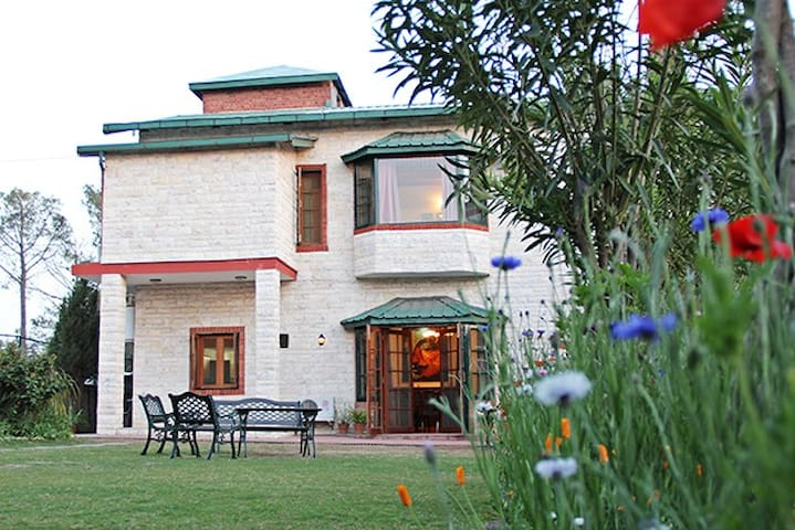 Mistair Garden Wing, Lux Hill Villa... with a Cook - Kasauli - 別荘