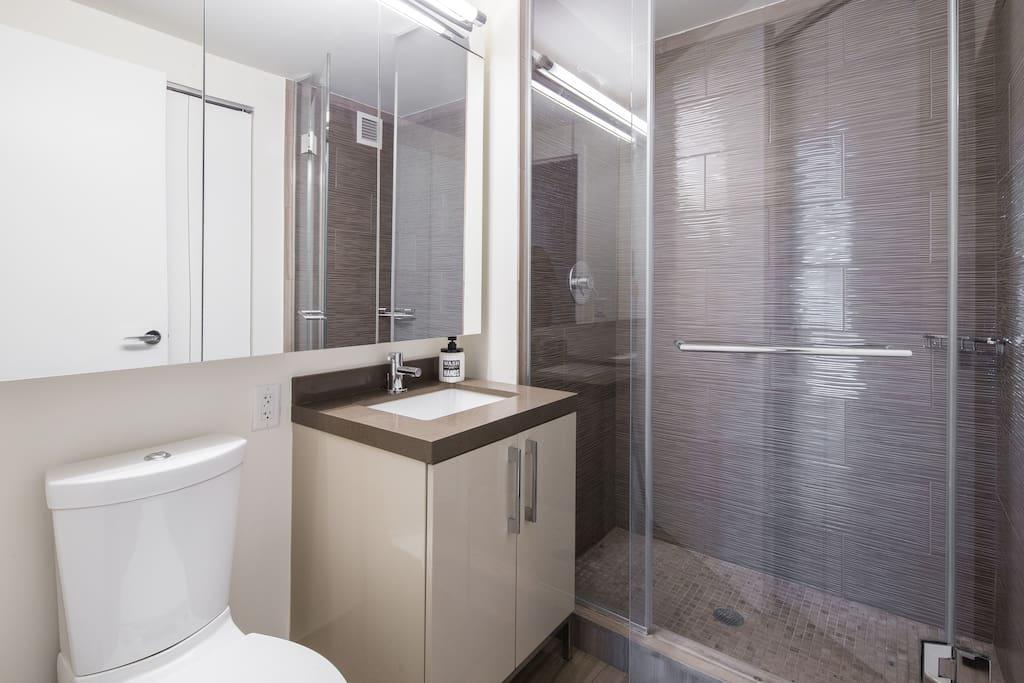 Bathroom with shower plate Baño con plato de ducha