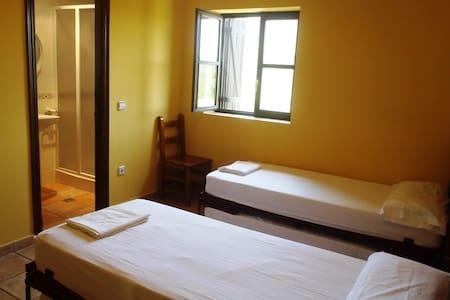 Habitación doble con baño,  en albergue