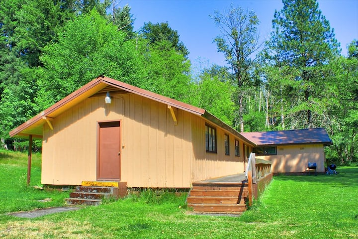 The Bunkhouse @ Packwood Station ~ Wifi/Pets OK!