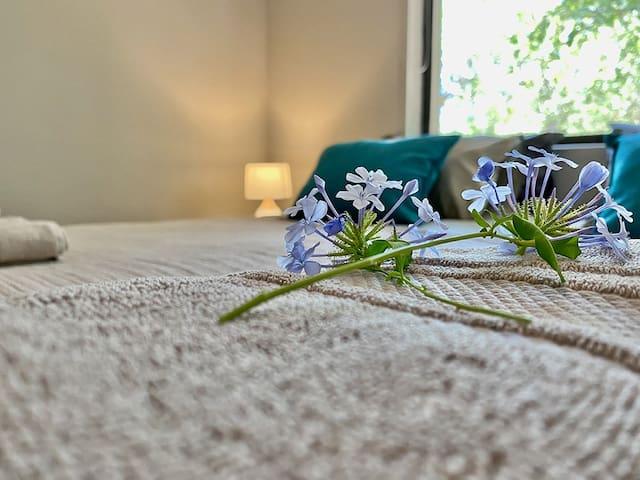 Slaapkamer met bloemen uit de tuin