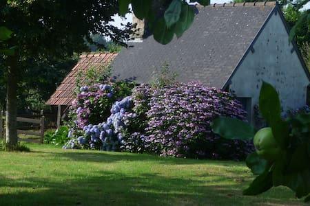 MAISON  TYPIQUE NORMANDE proche du lac de Vezins - Isigny-le-Buat