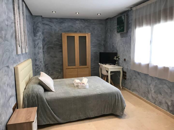 Habitación gris.Baño privado externo