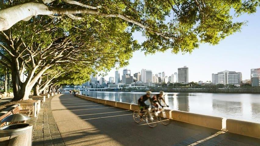 2 min walk to Brisbane river promenade