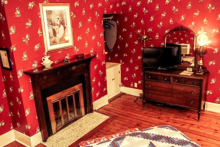 Historic Cornell Inn B&B - Caroline · Queen Room with wood-burning fireplace