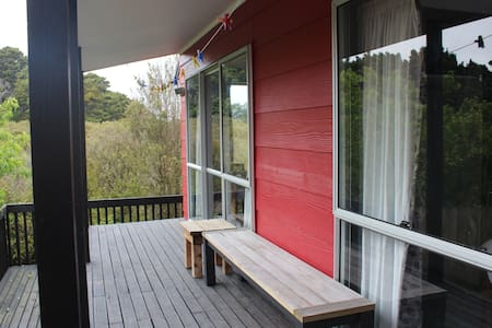 Spacious Self Contained Cottage. Near Airport.