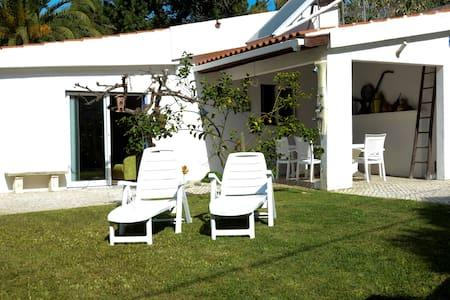 Beautiful House 5min to the beach with garden - Colares - Гостевой дом