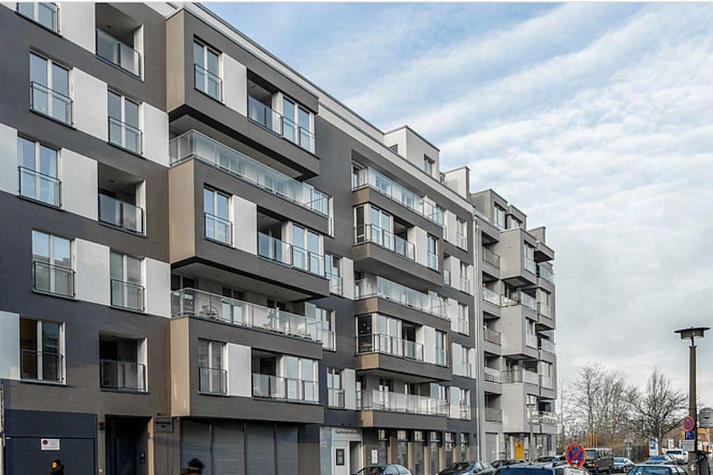 Exterior – front façade (gray)