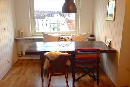 Gemütlich-Geräumige Altbauwohnung - Hamburg - Apartment