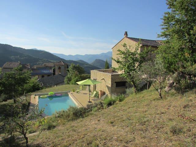Villa avec piscine , calme et vue exceptionnelle - Montaulieu - บ้าน
