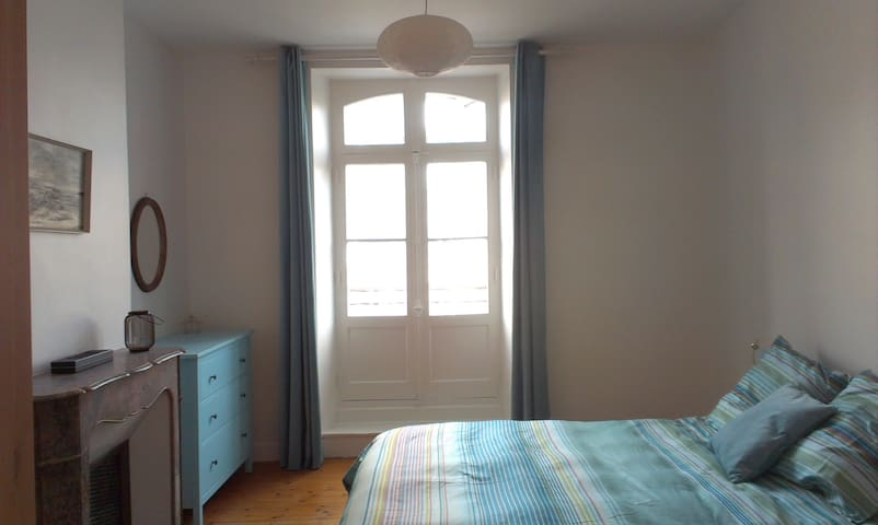 A bright and airy apartment in historic Dinan.