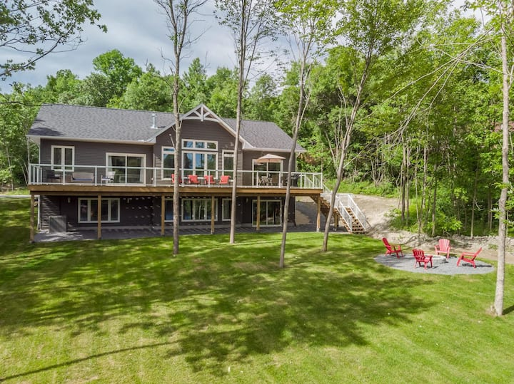 Falcon View~fantastic brand new 6 Bed, 3 Bath cottage w/ modern finishes